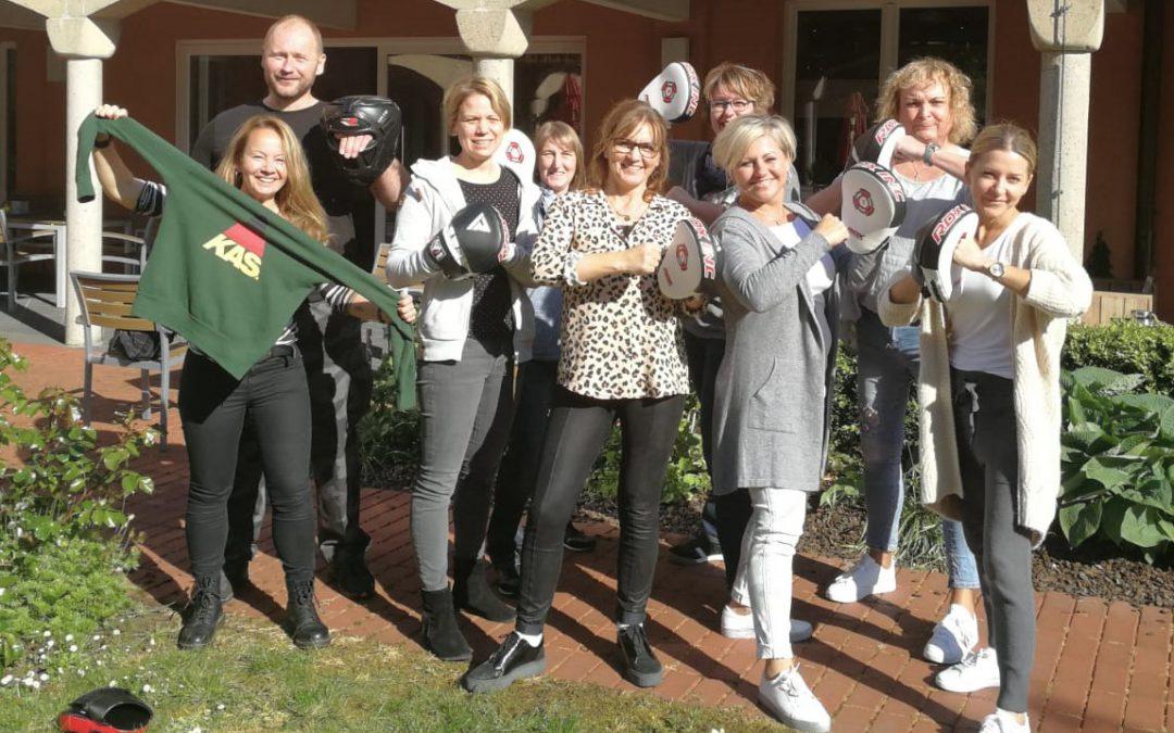 So geht Deeskalation und gezielte Gegenwehr – Frauenseminar zum Thema Selbstverteidigung mit praktischer Unterstützung durch die KAS